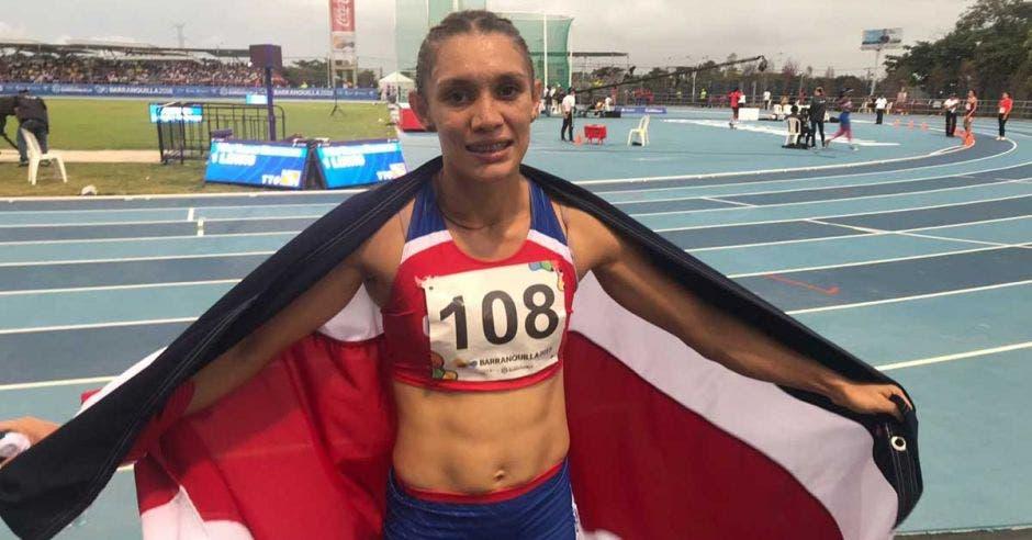 La tica celebró con la bandera de Costa Rica posterior a su prueba.