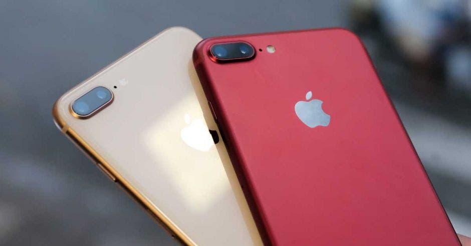 Un iPhone color dorado y otro color rojo