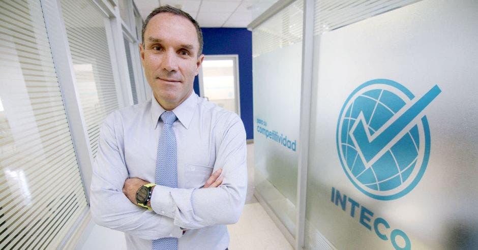 Manuel González, de Inteco, posa en uno de los pasillos de la institución.