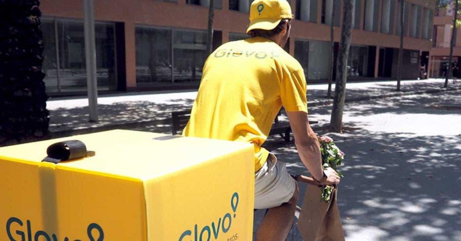 Un ciclista de Glovo hace una entrega