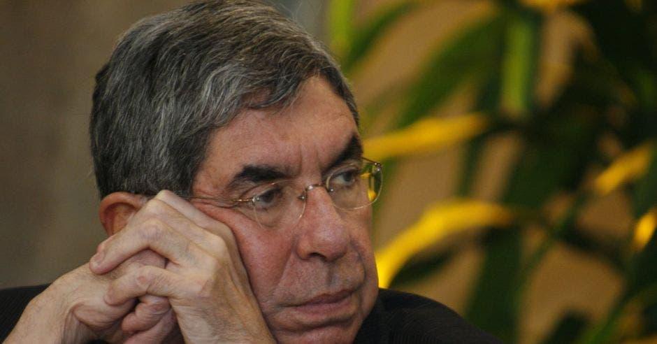 Oscar Arias viendo