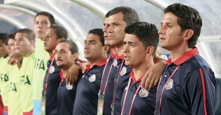 Rónald González regresa a la acción, ahora como técnico interino de la Tricolor, en ruta a Asia.