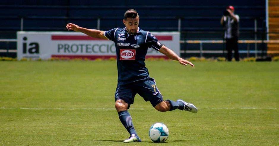Con pases de maestro, Paolo Jiménez sirvió dos goles ante Limón.