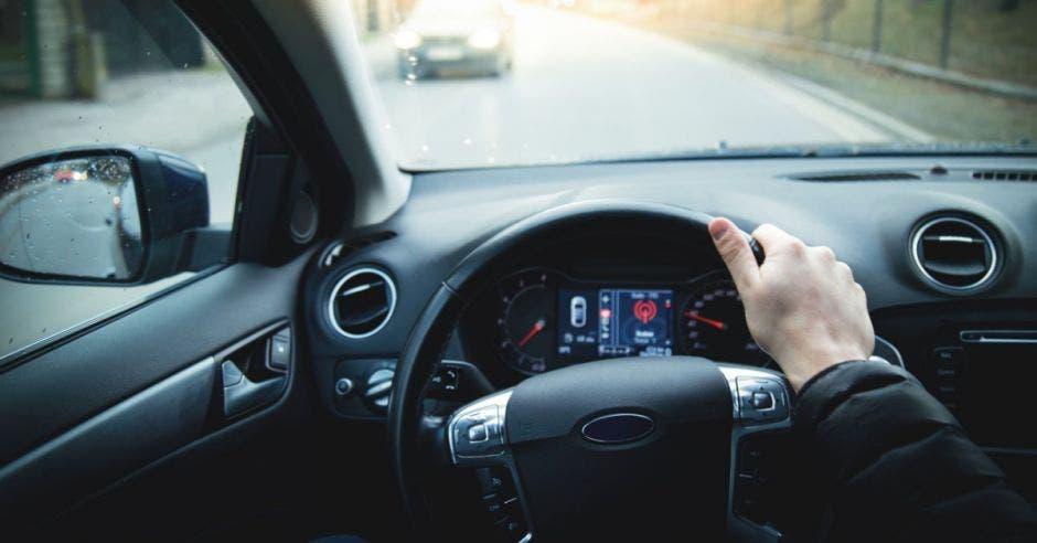 Un conductor desde la perspectiva en primera persona, viendo el volante