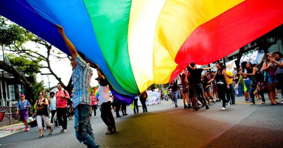 Una bandera gay en la calle.