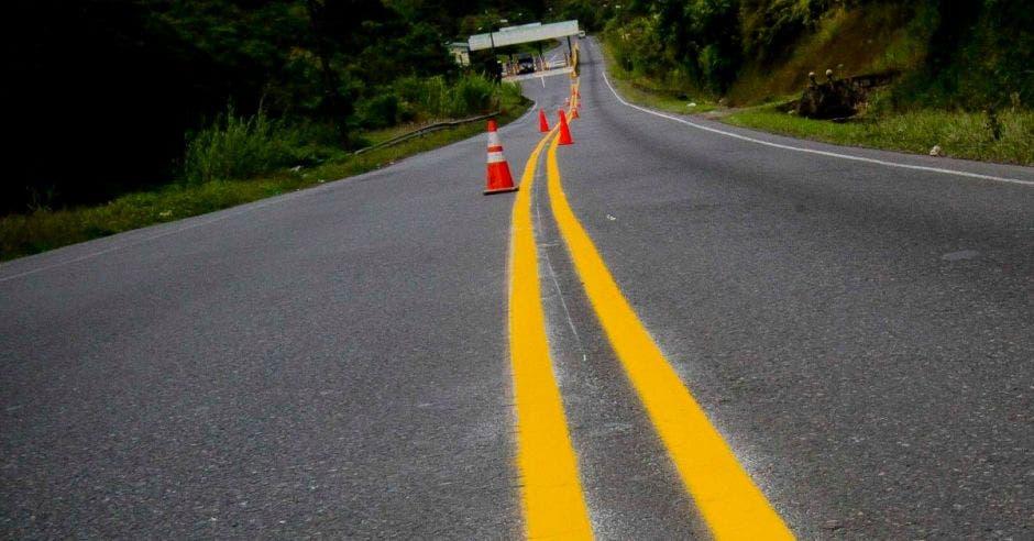 La vía hacia Limón con un cono en el medio de la carretera, lo que demuestra que está en reparación.