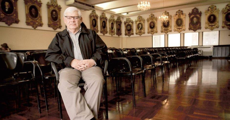 Marco sentado en una silla en el salón de expresidentes del Congreso