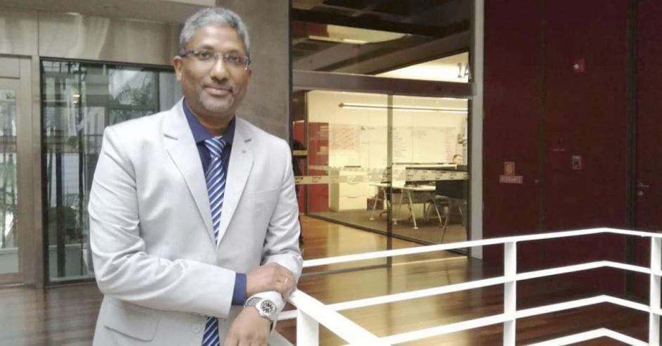 Dennison Johnson, de SAP, posa en las escaleras de la sede central de la compañía en Brasil