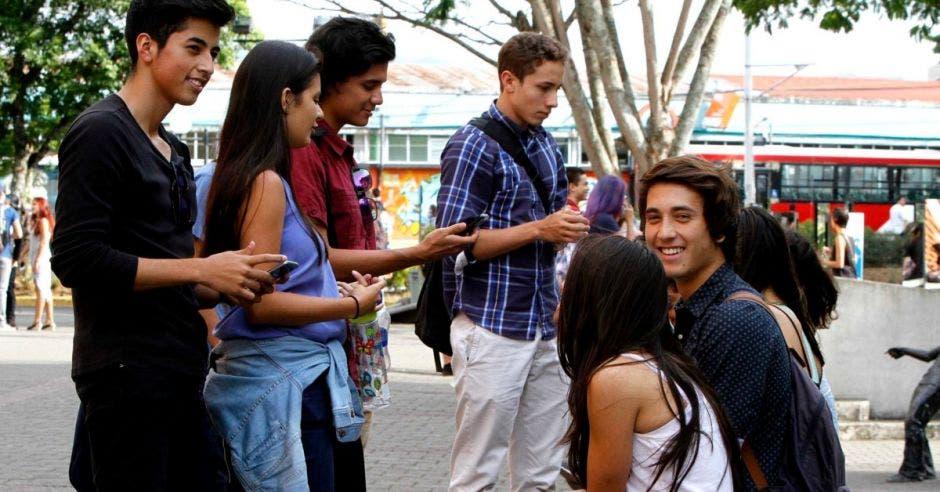 Un grupo de estudiantes en el pretil de la UCR.