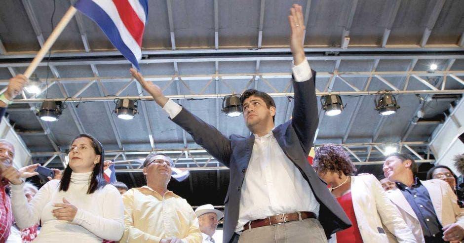 Carlos Alvarado alza las manos
