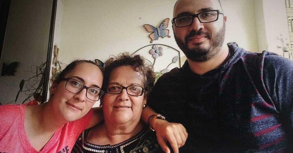 Amelia Valverde y su familia celebran juntos.