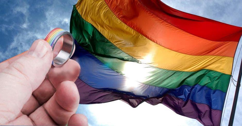 Una bandera gay y un anillo
