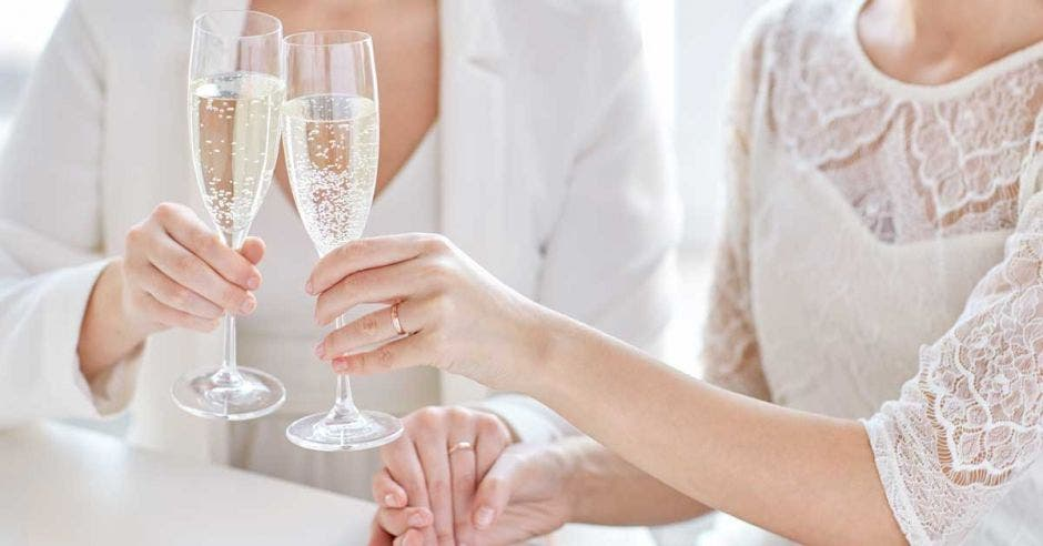 pareja de novias brindando