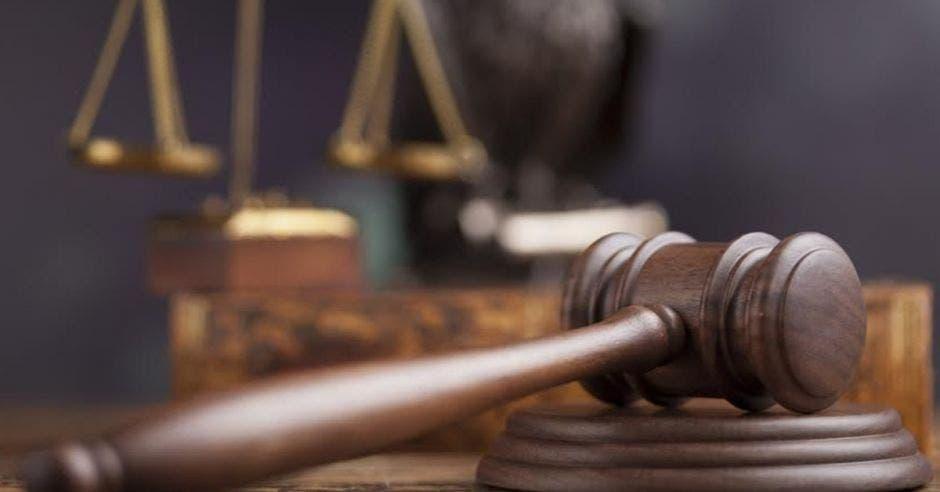 una imagen que muestra una balanza y el mazo de la justicia