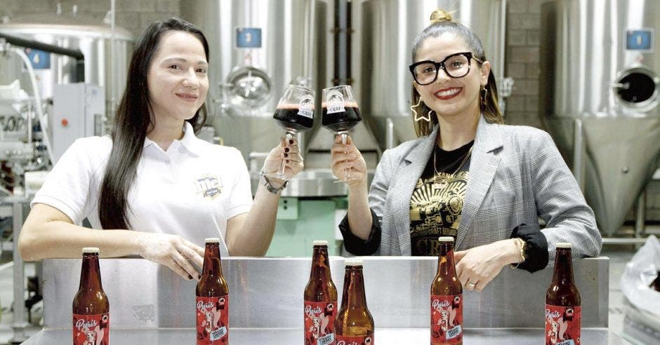 Emprendedoras crean cerveza negra con espuma de cereza