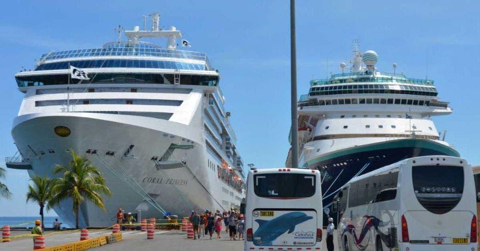 dos cruceros en el puerto de Limón