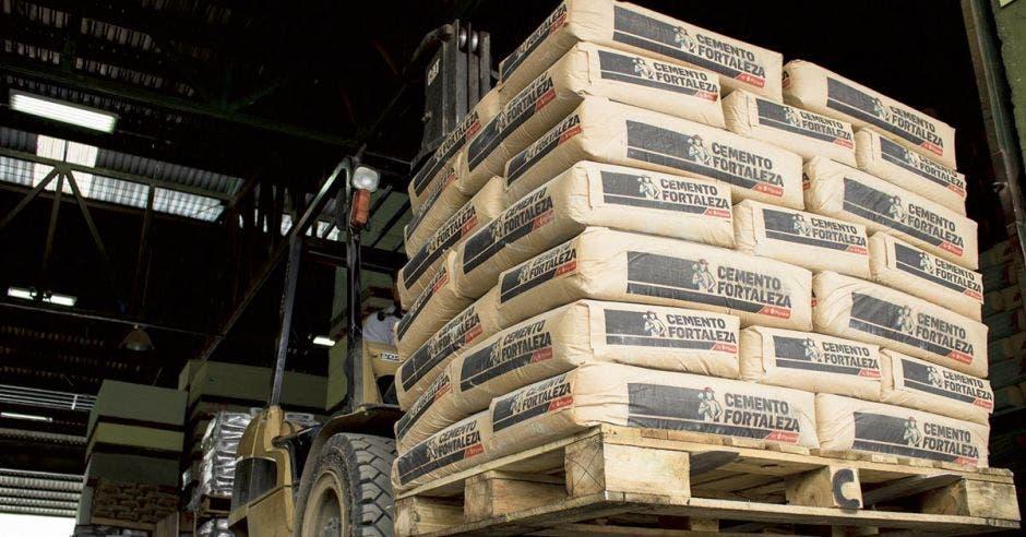 Un montacargas con cemento