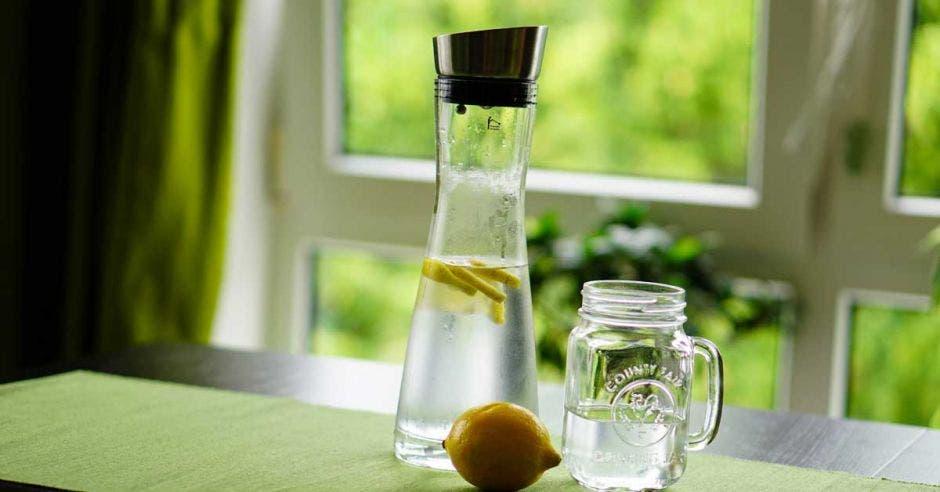 Envases de vidrio con agua y limón