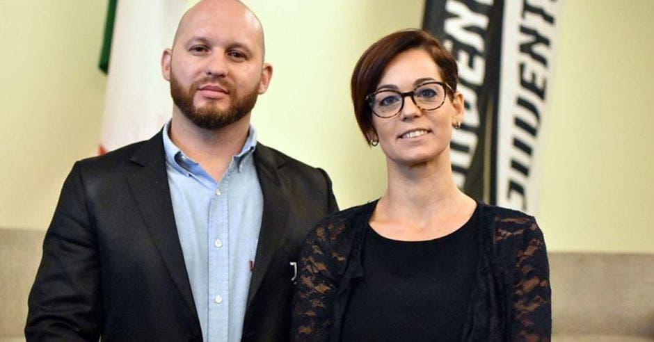 Juan Reyes, manager de Juventus Academy en Costa Rica, junto a Camila Frizzera, la vocera