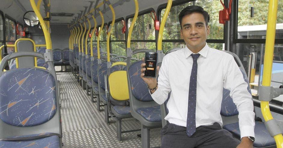 Luis Miguel Herrea posa con un celular en un autobús