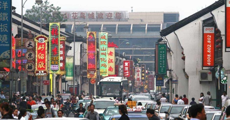 Barrio chino con varios letreros coloridos
