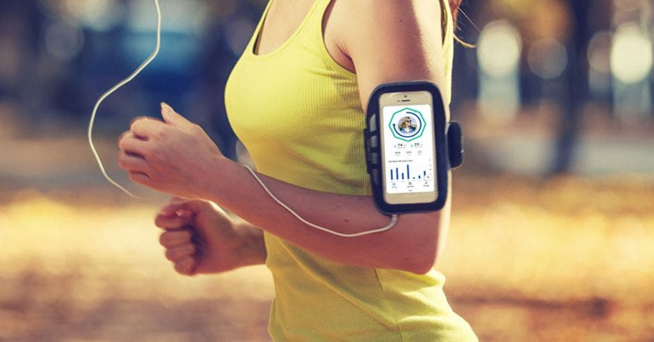 Una mujer corre con el Google Fit desplegado en su celular