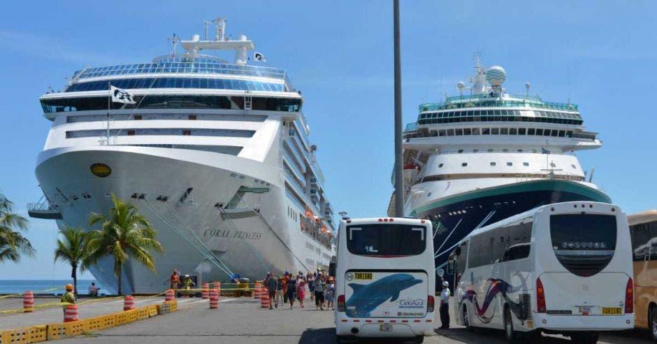 Dos cruceros encallados en la costa.