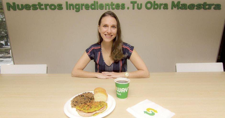 Gia Pandolfo, posa con uno de los desayunos de Subway