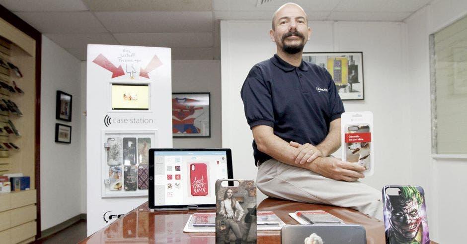 """Emprendedores """"tatúan"""" el estuche de su celular"""