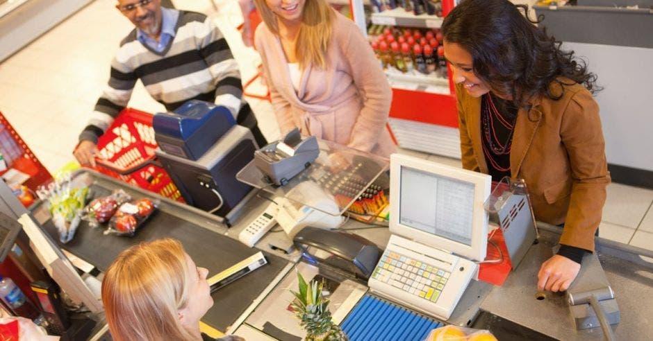 un supermercado y unas personas comprando