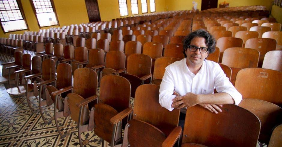 Édgar Mora, ministro de Educación en una escuela.