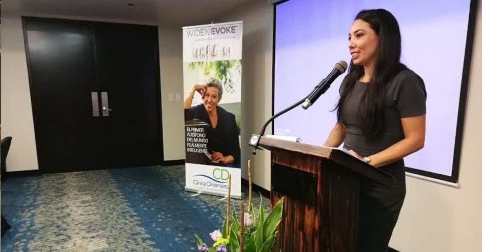 Una mujer dando un discurso