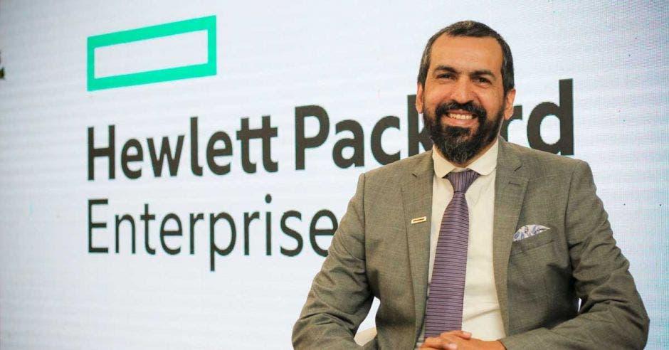 Antonio Collantes posa sobre el fondo del logo de HPE