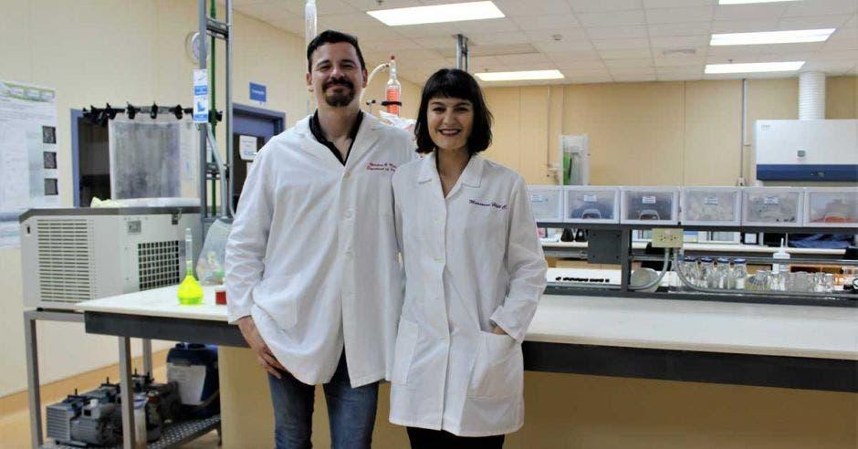 Marín junto a una de sus colegas en uno de los laboratorios del Centro Nacional de Alta Tecnología