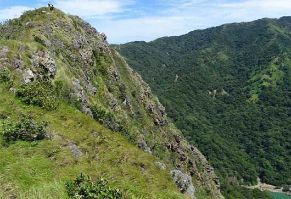 Desde la cima de cerro El Encanto podrá ver diferentes formaciones rocosas y el Golfo de Nicoya.