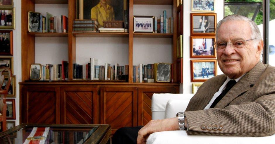 El expresidente en su sala de estudio