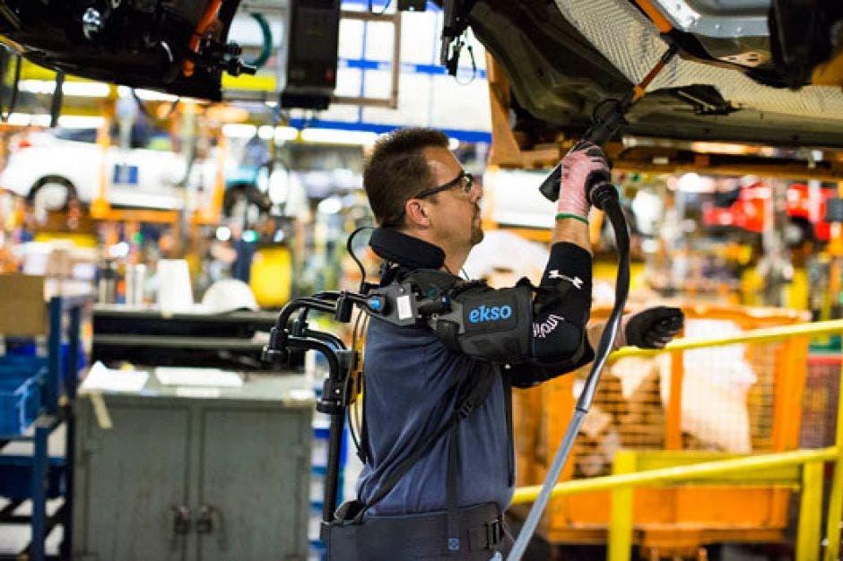 Ford se asoció con Ekso Bionics para mejorar esta tecnología portátil que eleva y sostiene los brazos de un trabajador mientras realiza tareas generales.