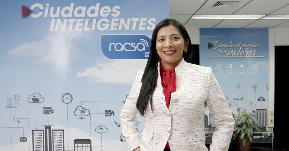 Suzeth Rodríguez posa frente a letrero de Racsa