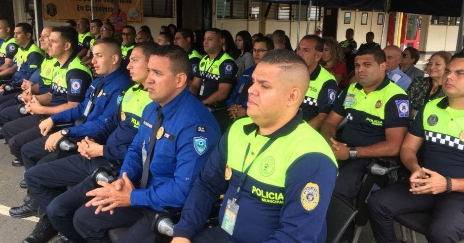 oficiales de tránsito esperando