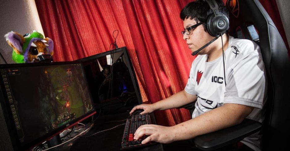 Equipo de videojuegos de tico cuenta con chef y gana más que cualquier profesional