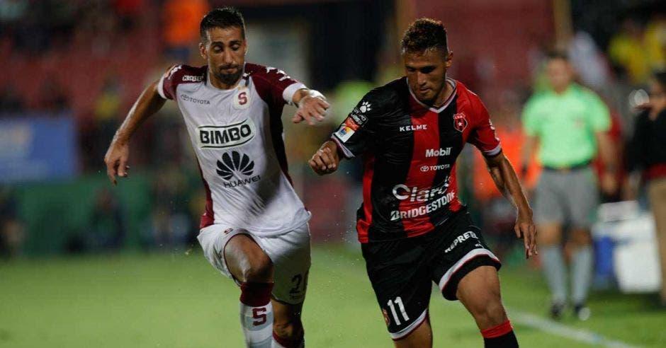 Mariano Torres y Alex López tendrán un duelo por ganar el medio campo.