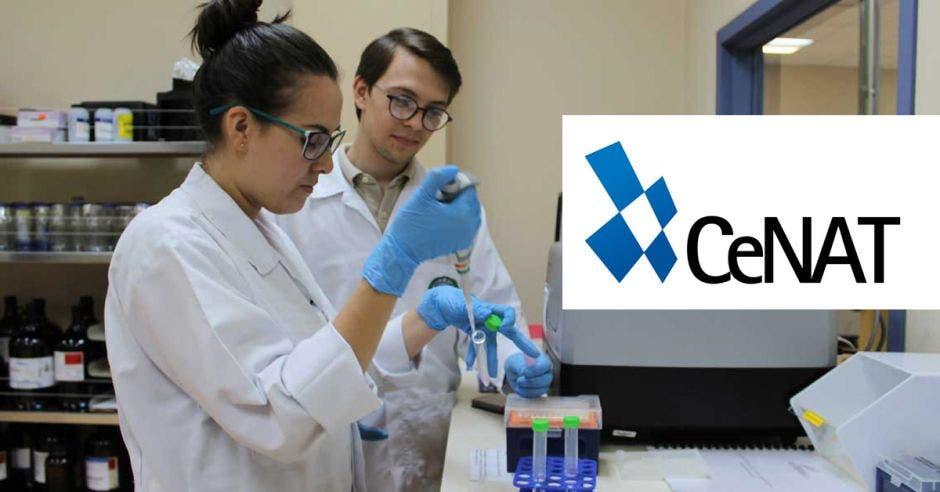 Dos científicos hacen pruebas en laboratorio