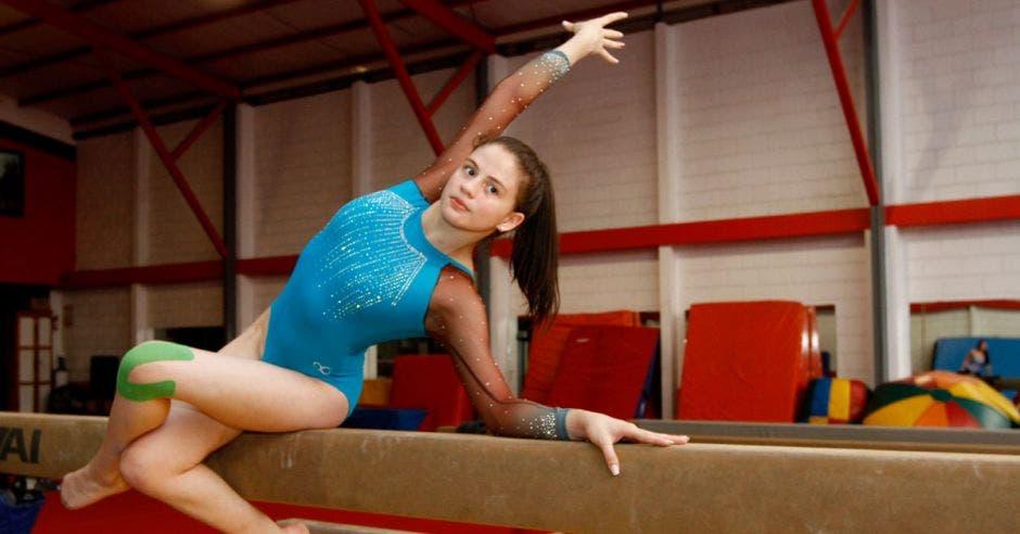 Camila Montoya practica la gimnasia artística en cuatro aparatos: barras asimétricas, piso o suelo, viga de equilibrio y salto o potro.