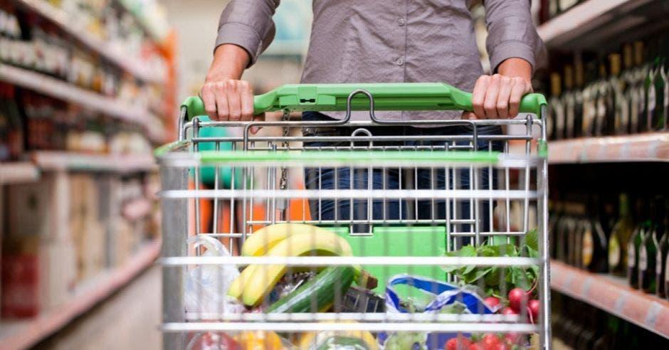 Persona en el supermercado.
