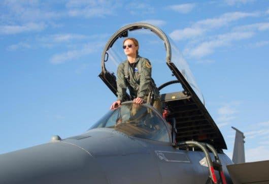 La capitana Marvel subida en un jet