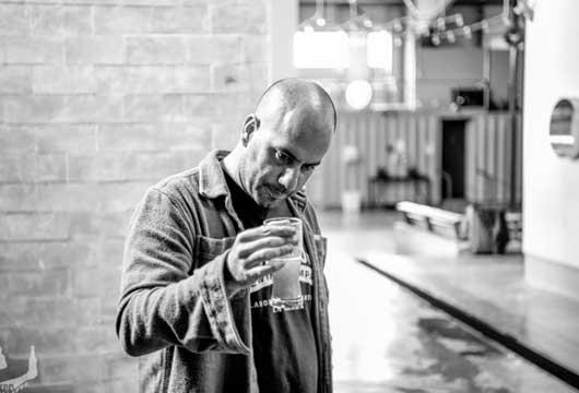 Ignacio con un vaso de cerveza en la mano