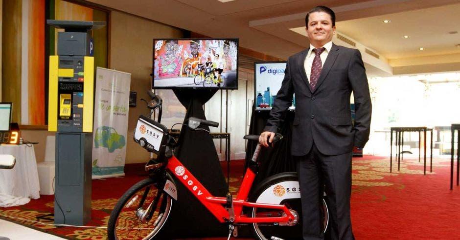 André Bermudez, gerente de proyectos de SGSV, posa con uno de los prototipos, expuesto durante el segundo Congreso de Ciudades Inteligentes
