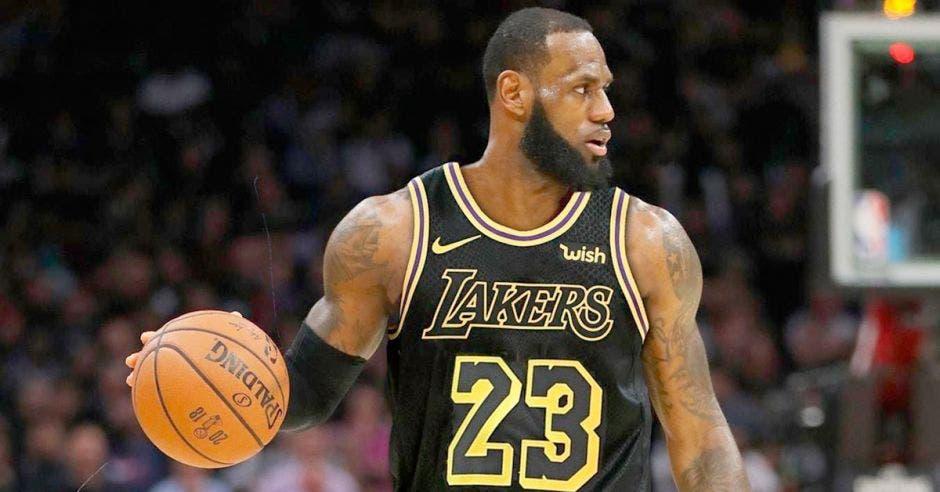 Además del salario con los Lakers, LeBron James recibe dinero por patrocinios.