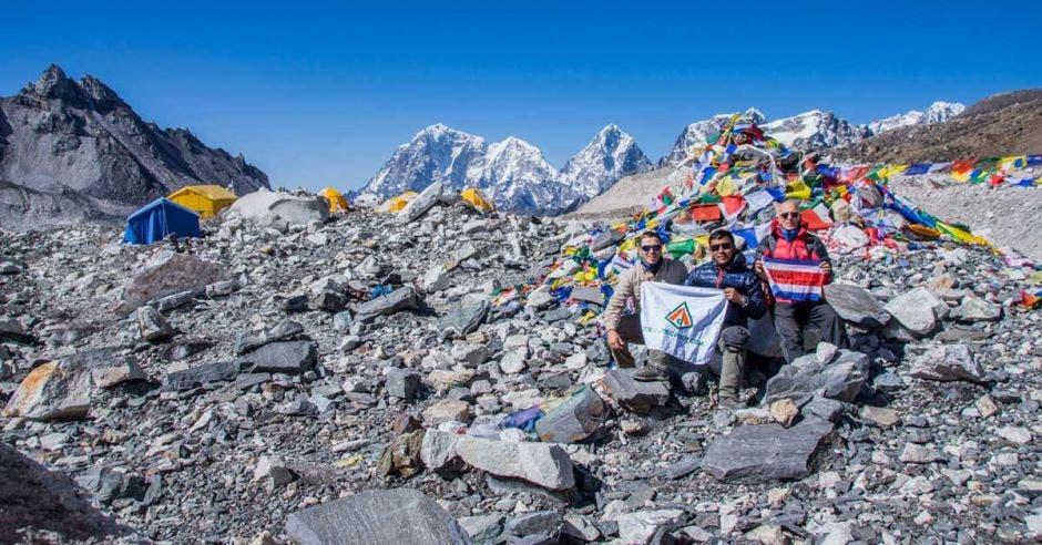 Los senderos rocosos y la nieve son parte del paisaje natural camino al Everest.
