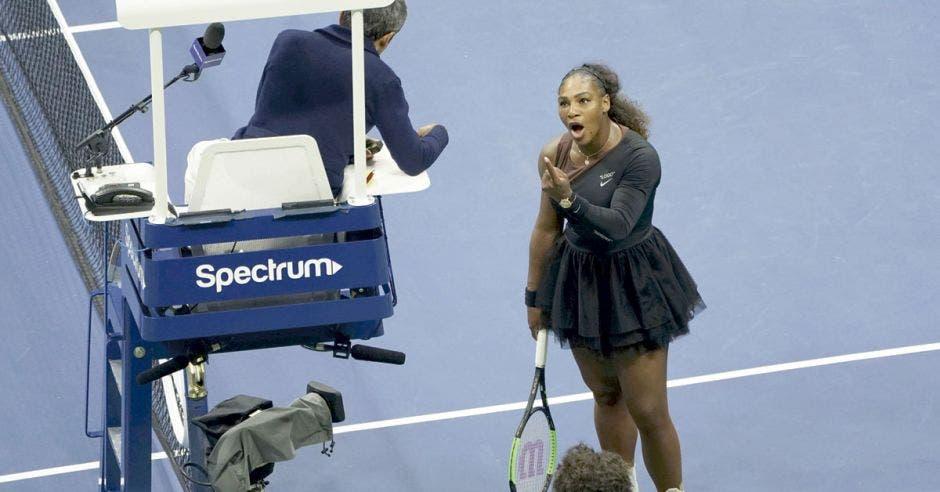 """Serena Williams, totalmente desconcentrada, increpa al juez de silla Carlos Ramos y le grita """"ladrón""""."""